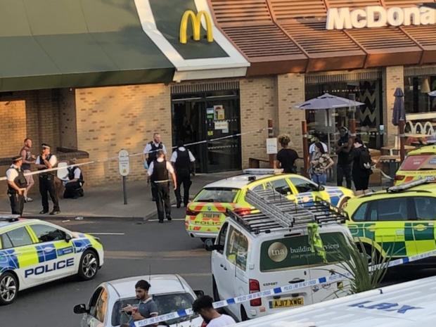 Tânăr înjunghiat în incinta McDonalds, Colindale