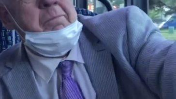"""ȘOCANT! Pensionar englez luat la bătaie într-un autobuz de doi bărbați negri după ce i-a făcut pe aceștia """"maimuțe"""""""