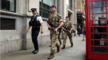 Boris Johnson scoate armata pe străzi pentru a impune respectarea măsurilor anti-coronavirus. Amenzile pentru nepurtarea măștii se dublează