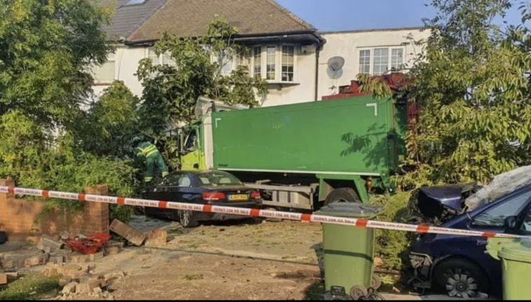 Impact nimicitor în Londra. Un camion a intrat într-o casă. Șoferul a murit, iar un copil de 11 ani se zbate între viață și moarte