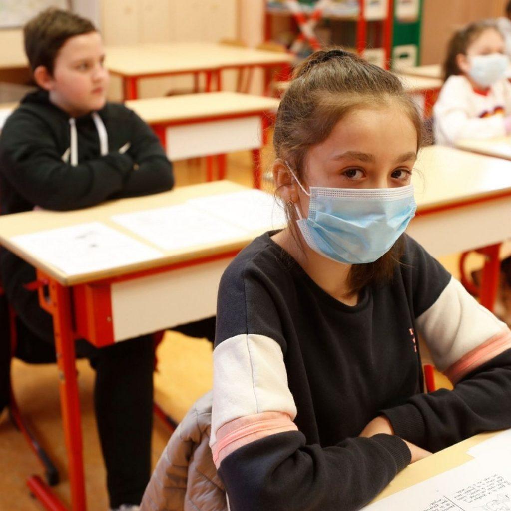 copii fara masca la scoala