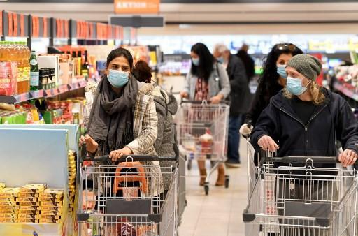 Angajații supermarketurilor din Marea Britanie, scuipați și înjurați de COVIDIOȚI