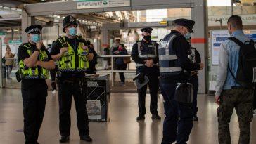 Londra: Poliția oprește pasagerii fără mască să intre în stațiile de metrou. Se dau amenzi
