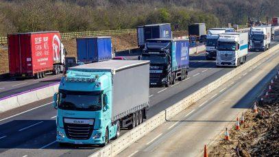 Deficitul de șoferi continuă să creeze probleme. Brexitul și pandemia îi lasă pe britanici fără mobilă, mâncare caldă și legume
