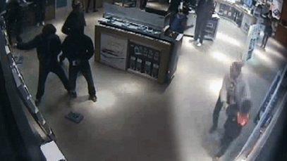 O bandă de români jefuia magazine de telefoane din Marea Britanie. Amenințau și intimidau personalul