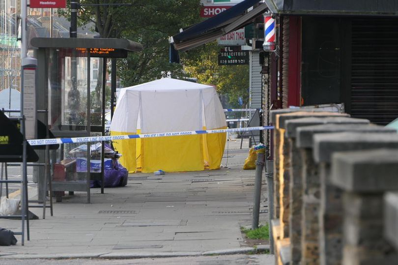 Noapte de groază în Londra: Doi morți. Mai multe persoane, împușcate într-o stație de autobuz