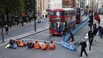 Trei intersecții din Londra - blocate de activiștii de mediu. Și-au lipit mâinile de carosabil