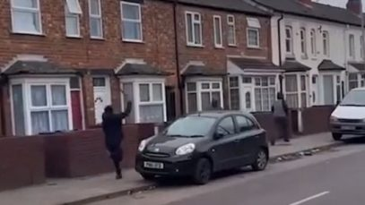 Imagini șocante în Anglia. Un bărbat cu o macetă aleargă oamenii ziua în amiaza mare