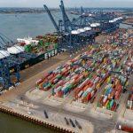 Cel mai mare port de containere din UK a ajuns la capacitate maximă. Ar putea refuza accesul navelor