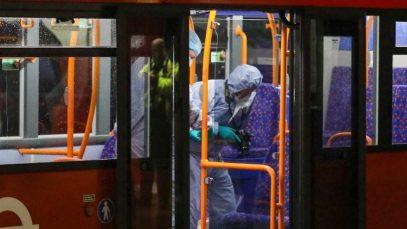 Trei oameni înjunghiați într-un autobuz din estul Londrei