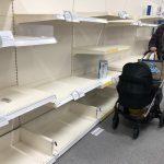 Supermarketurile din Marea Britanie rămân fără alimente. Penurie de lapte și legume, dar Boris Johnson este optimist